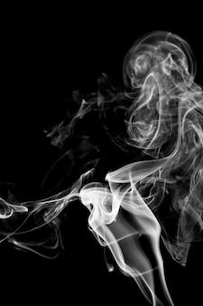 Fumaça branca em fundo preto
