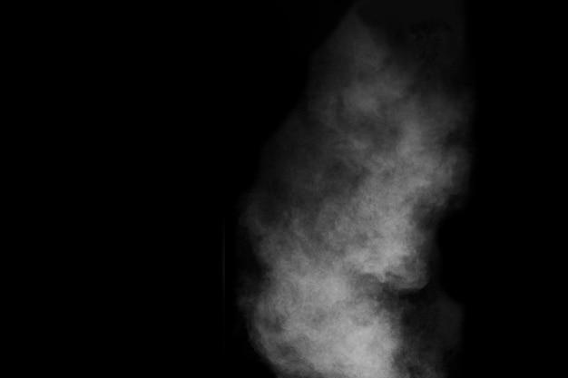 Fumaça branca isolada em fundo preto. imagem de estoque de fumaça.