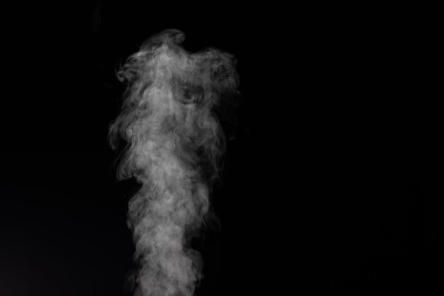 Fumaça branca sobre fundo preto. imaginei fumaça em um fundo escuro.