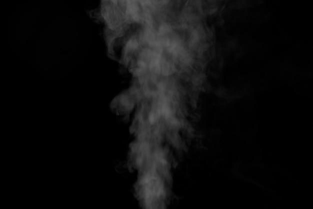 Fumaça branca sobre fundo preto para designs de sobreposição