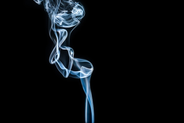 Fumaça branca sobre fundo preto