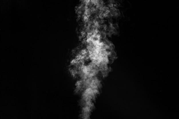 Fumaça branca sobre fundo preto.