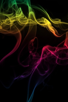 Fumaça colorida abstrata em fundo preto, design de fogo