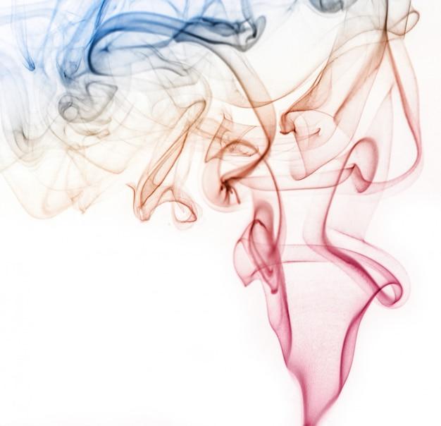 Fumaça colorida abstrata, isolada no fundo branco, design de fogo