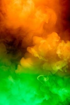 Fumaça colorida abstrata se espalhando, fundo brilhante
