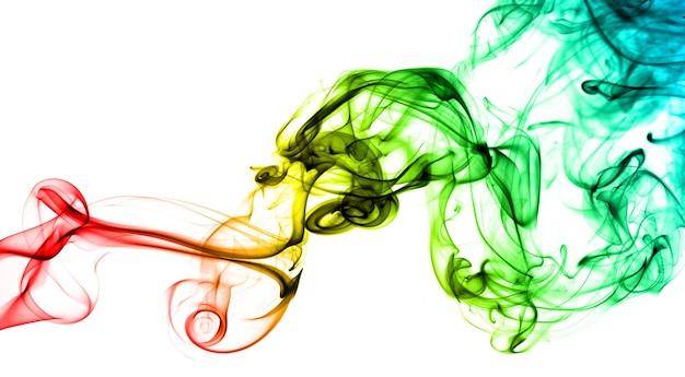 Fumaça de arco-íris em fundo branco. a fumaça vai de baixo para cima. espirais de fumaça mais perto do topo da foto