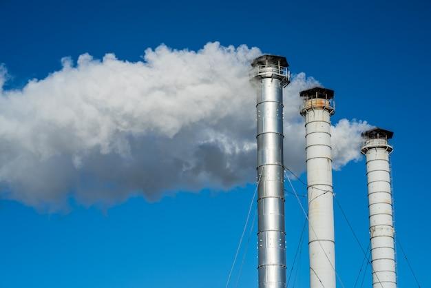Fumaça de chaminé com céu azul
