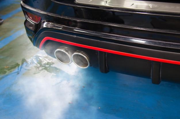 Fumaça de escape do carro