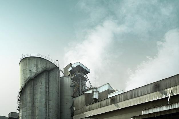 Fumaça de fábrica industrial causa poluição no ar