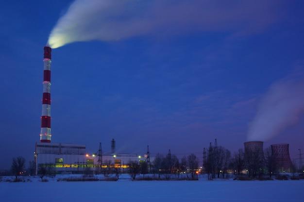 Fumaça de poluição do ar de canos e fábricas à noite.