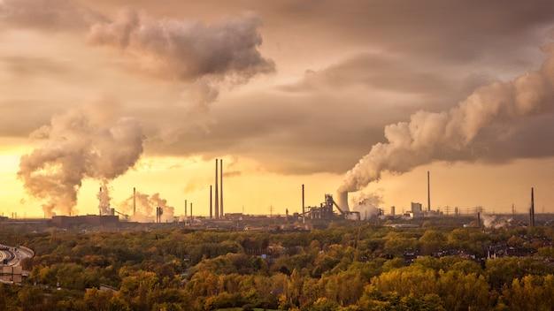 Fumaça do industrial na atmosfera