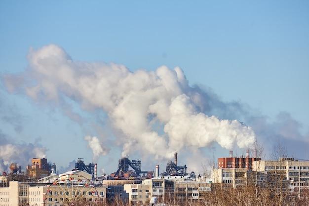 Fumaça e poluição. emissões prejudiciais para o meio ambiente. poluição da atmosfera pela fábrica. gases de escape. desastre ambiental. ambiente pobre na cidade
