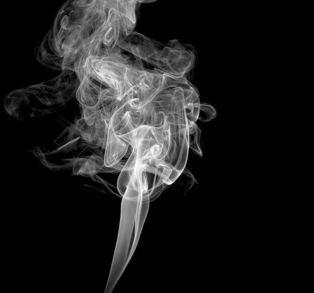 Fumaça leve abstrata em um fundo escuro