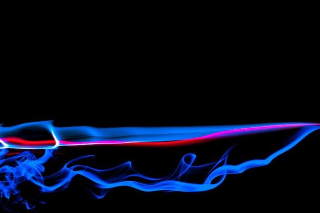 Fumaça na cor néon azul e vermelho em fundo preto