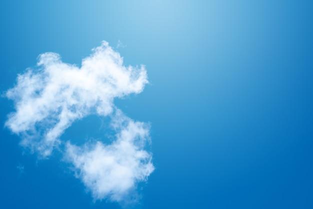 Fumaça no fundo do céu azul