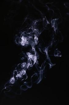 Fumaça ondulada azul sobre fundo preto