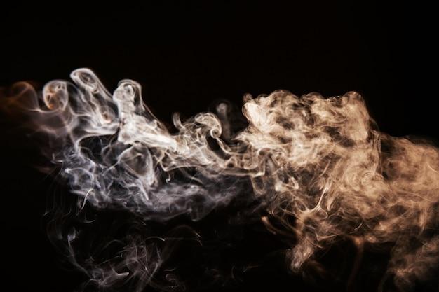 Fumaça ondulada marrom no fundo preto