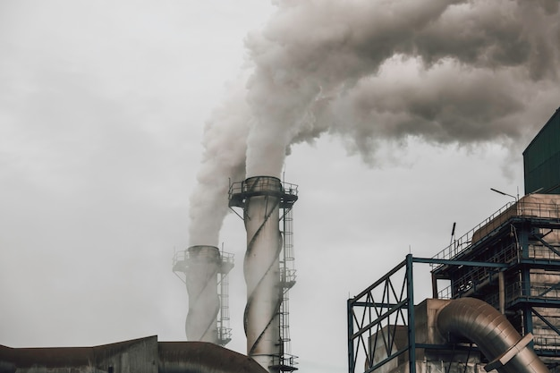 Fumaça proveniente de resíduos industriais, mas usando nova tecnologia para limpá-la antes de dispersar