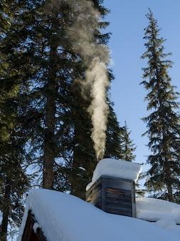 Fumaça saindo de uma chaminé no emerald lake lodge no inverno, emerald lake, parque nacional de yoho, bri