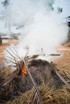 Fumaça tóxica da incineração de resíduos
