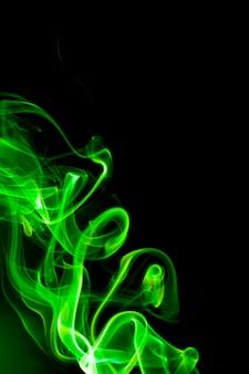 Fumaça verde na superfície preta.