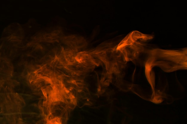 Fumaça vermelha abstrata em pano de fundo preto