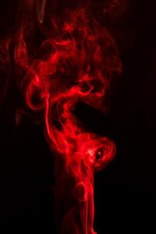 Fumaça vermelha realista em fundo preto