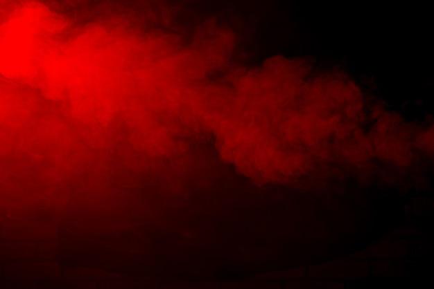 Fumaça vermelha sobre preto