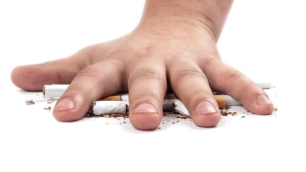 Fumante esmaga um cigarro com conceito de mão para parar de fumar