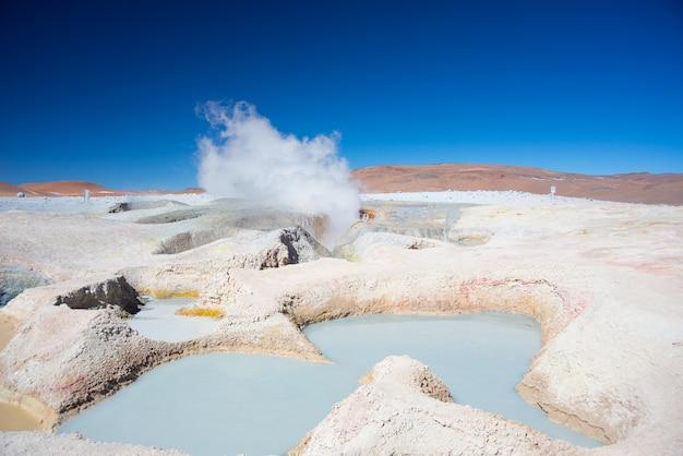 Fumegante lagoas de água quente nos andes, bolívia