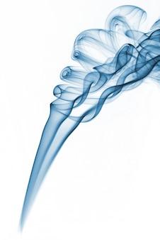 Fumo abstrato azul das varas aromáticas em um fundo branco.