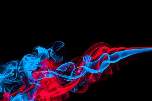 Fumo abstrato azul e vermelho