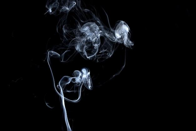 Fumo abstrato, branco, isolado no preto