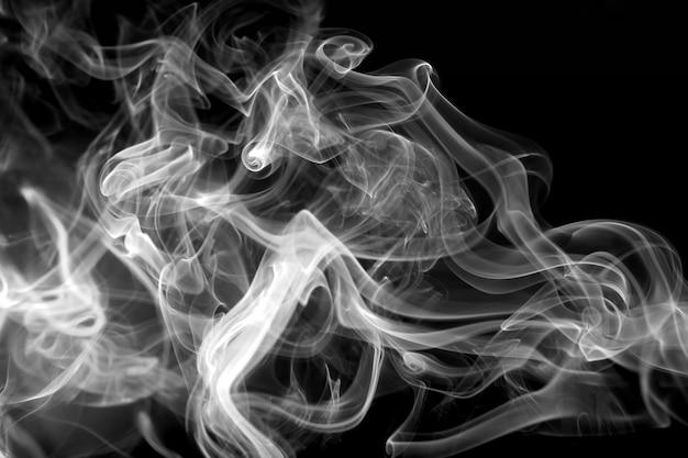 Fumo branco abstrato no preto.