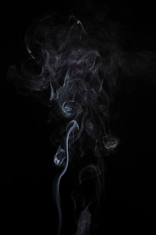 Fumo branco desvanecido abstrato no contexto preto