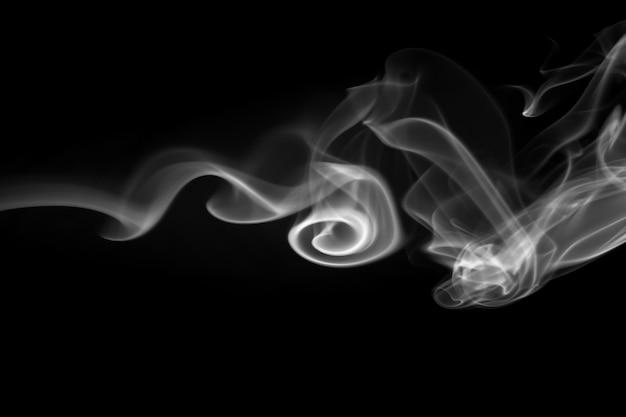 Fumo branco sobre fundo preto
