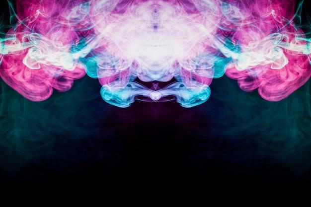 Fumo colorido da arte abstracta no fundo isolado preto.
