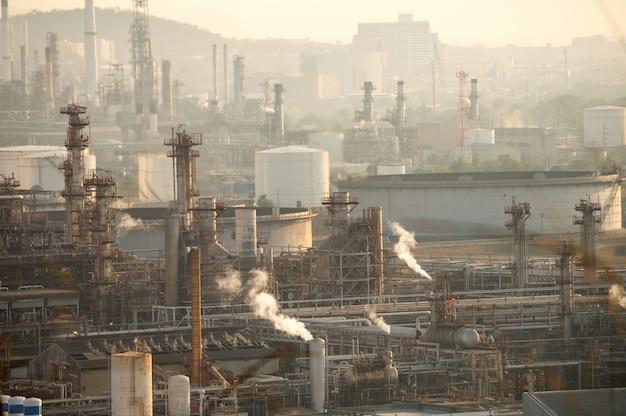 Fumo da refinaria de petróleo ao nascer do sol. conceito de crise de poluição ambiental.