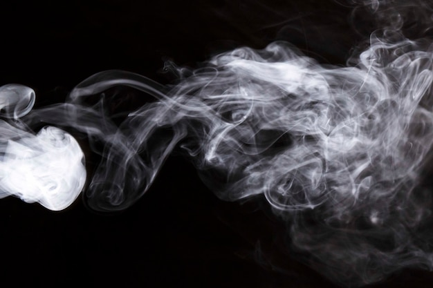 Fumo de turbilhão denso branco no fundo preto