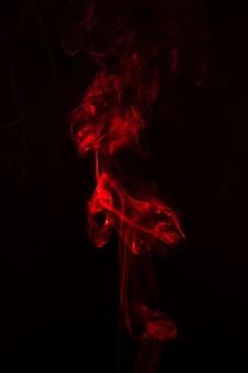 Fumo efeito vermelho brilhante sobre o fundo preto