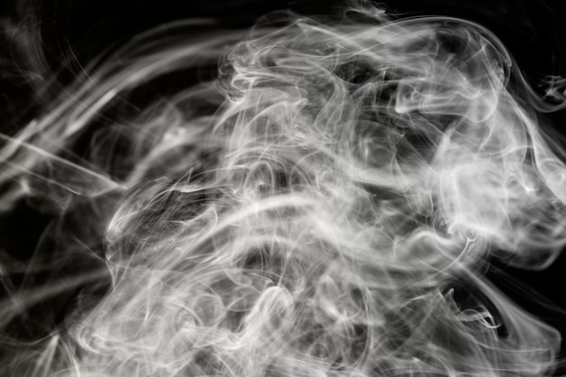 Fumo monocromático abstrato isolado em um fundo preto para seu projeto.