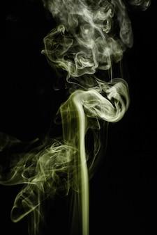 Fumo ondulado verde no fundo preto