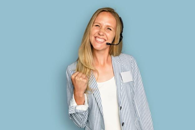 Funcionária do atendimento ao cliente com fone de ouvido