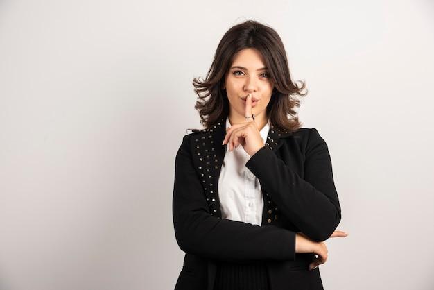 Funcionário confiante fazendo gestos silenciosos