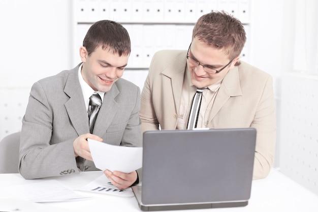 Funcionário da empresa discutindo documentos financeiros.