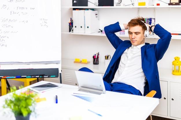 Funcionário da empresa trabalhando na mesa