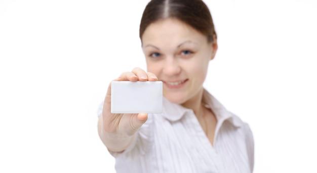 Funcionário da mulher mostrando mostrando cartão de visita em branco.