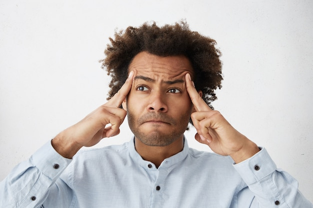 Funcionário de escritório com memória insuficiente, tentando lembrar informações importantes