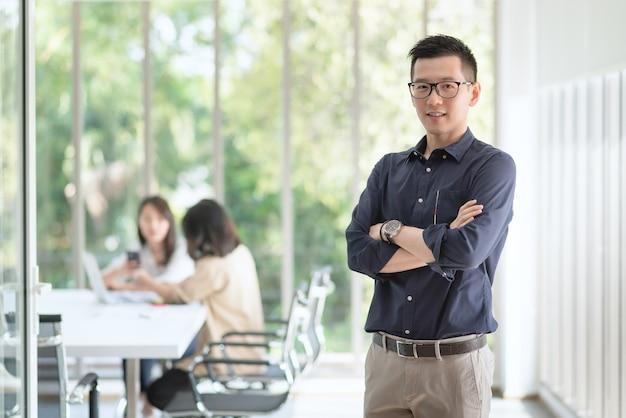 Funcionário de negócios gosta e fica feliz em trabalhar no escritório da empresa com atitude positiva.