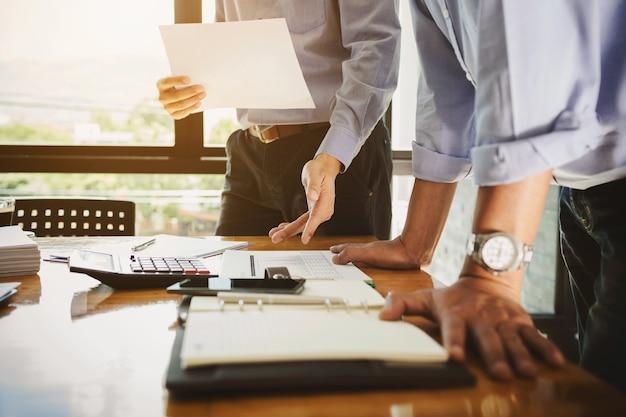 Funcionário de trabalho em equipe trabalhando duro investindo relatórios financeiros e calculando